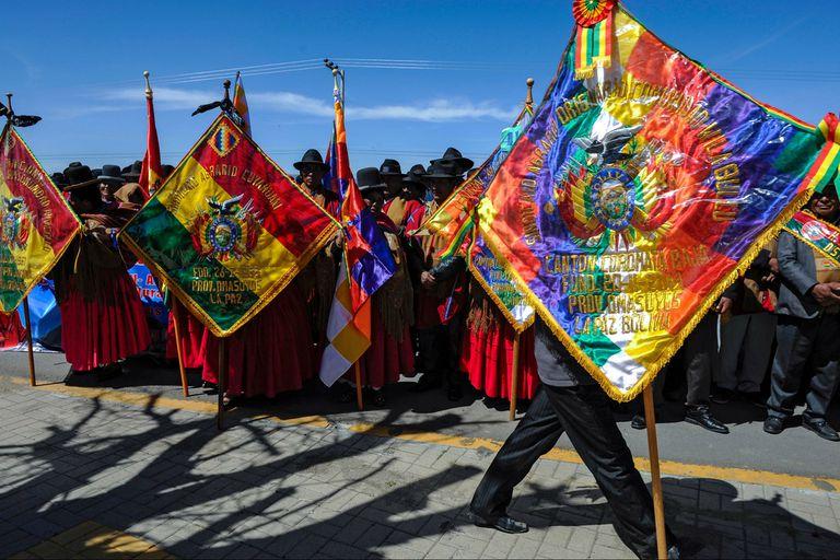 """Los Ponchos Rojos vuelven a desatar temor en Bolivia al plantarse como la """"retaguardia"""" del país en rechazo al gobierno de transición de Jeanine Áñez."""