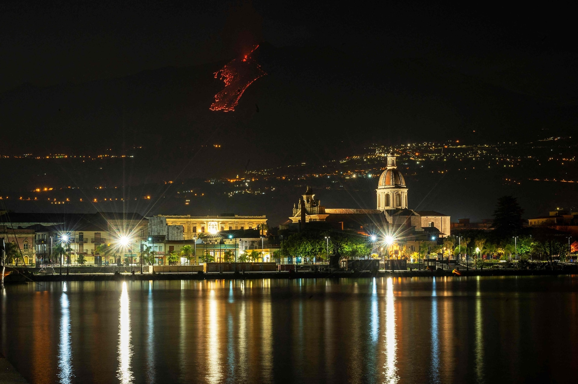 La erupción fue algo más leve que la de la semana pasada, tal y como indicaron varios residentes de la ciudad de Catania, que se encuentran junto al volcán