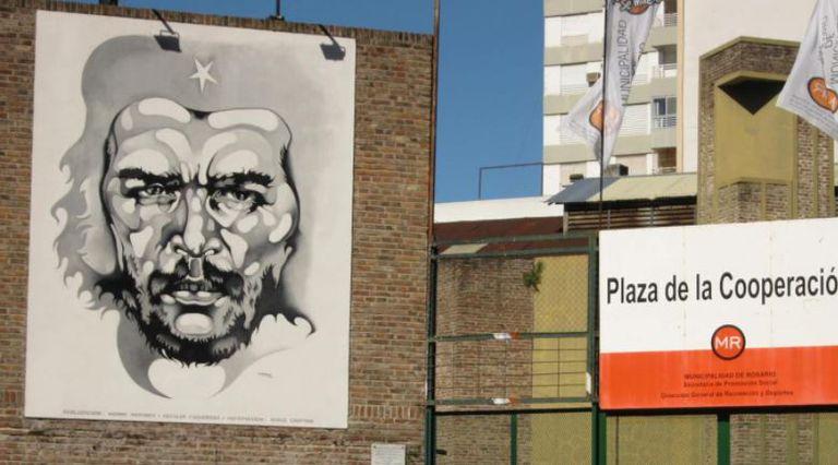 Mural del Che Guevara en la Plaza de la Cooperación, en Rosario