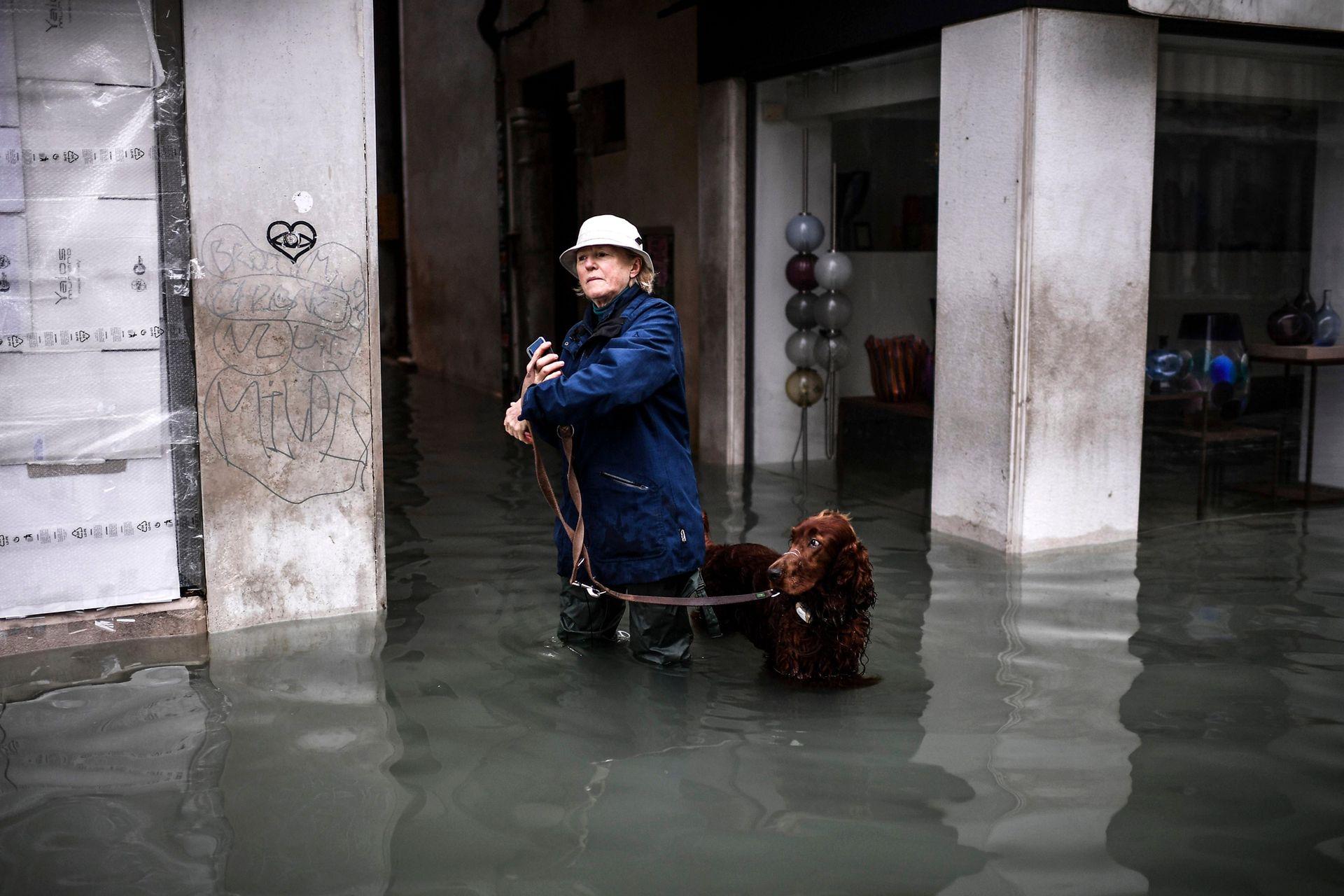 A las 22:40 pm, la marea alcanzó los 183 cm, la segunda medida en la historia después de los 198 cm de la inundación de 1966
