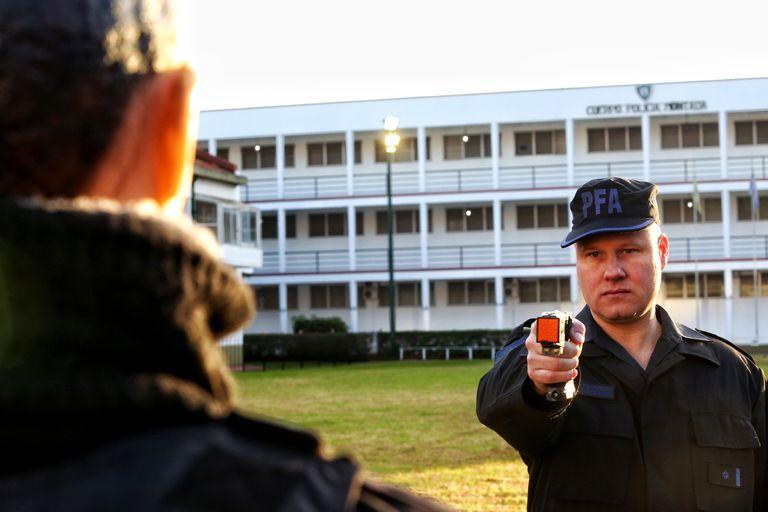 Entrenamiento en el uso de las pistolas electrónicas Taser por parte de efectivos de la Policía Federal