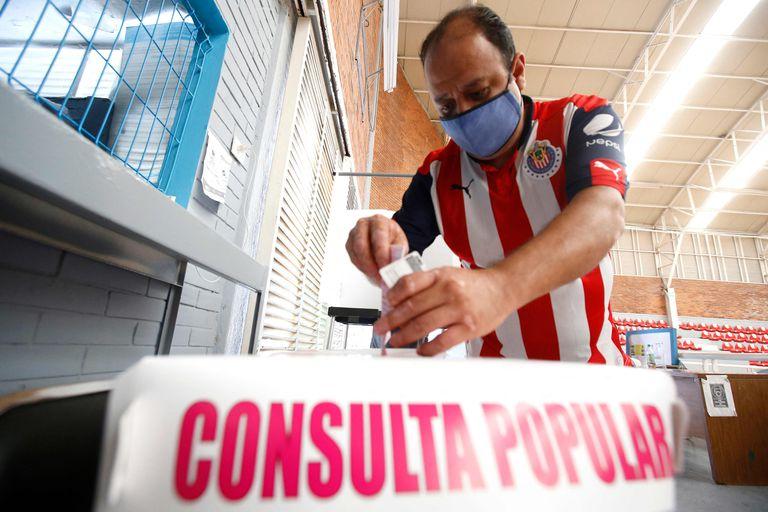 Un ciudadano emite su voto durante un referéndum nacional