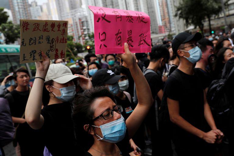 Muchas personas usan máscaras para frustrar los intentos de las cámaras de la policía para identificarlas en las protestas