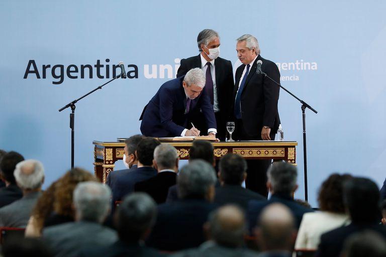 Sin sus incondicionales, el Presidente delega en Manzur y Aníbal Fernández, que imponen su ritmo