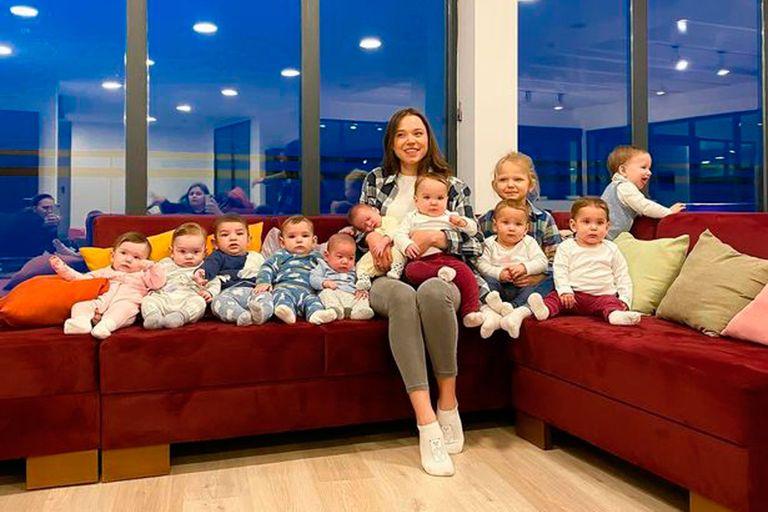 Christina Ozturk posa con sus 11 hijos en la ciudad de Batumi en Georgia, donde la subrogación de vientres es legal