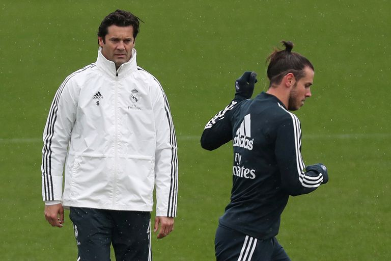 Santiago Solari con Gareth Bale, uno de los más cuestionados por su actuación ante Barcelona