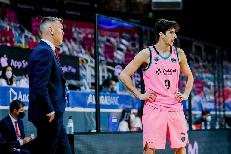 Leandro Bolmaro y el entrenador de Barcelona, Sarunas Jasikevicius
