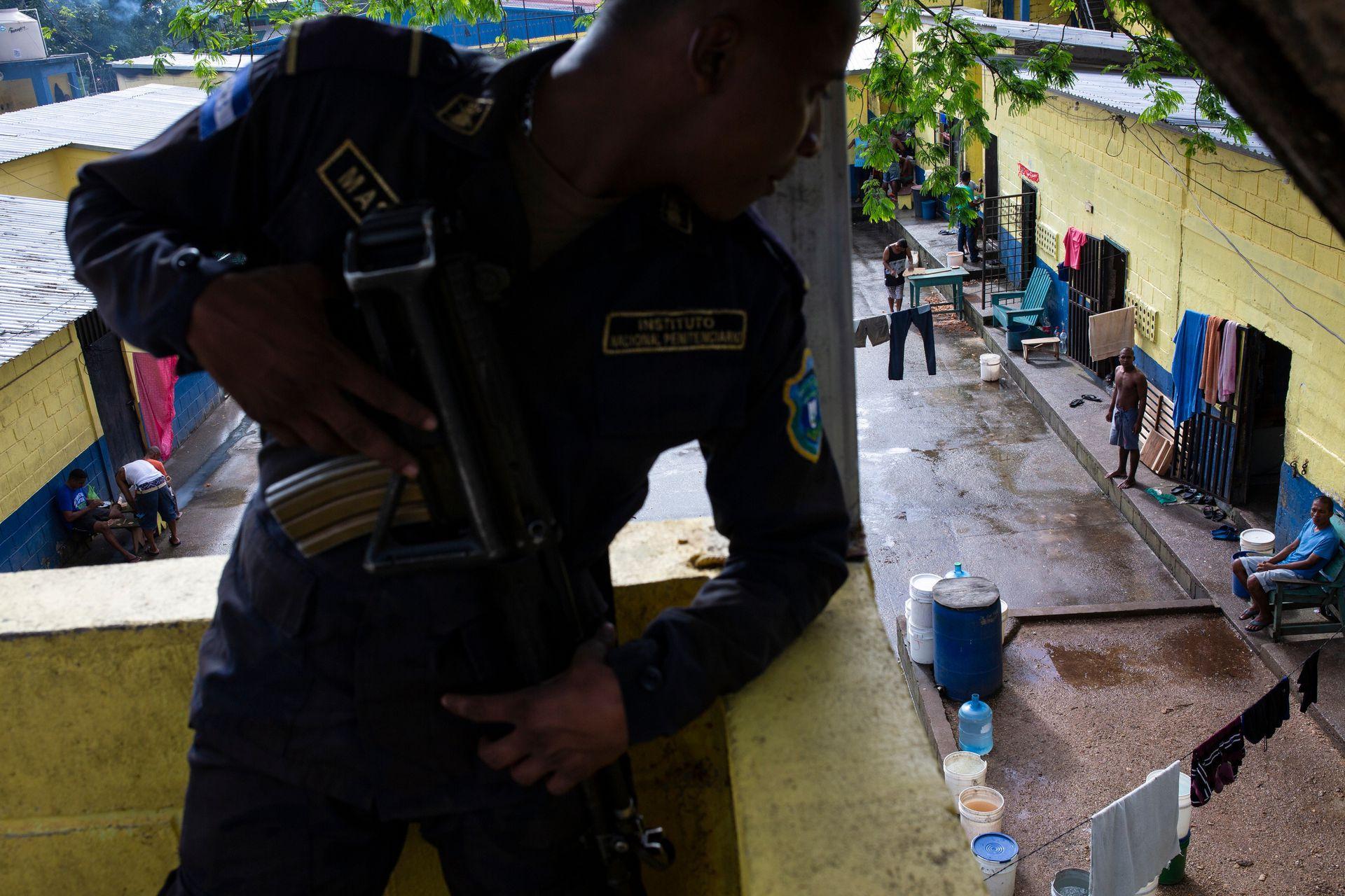 Un guardia penitenciario vigila los prisioneros en la cárcel de Puerto Lempira, en Honduras