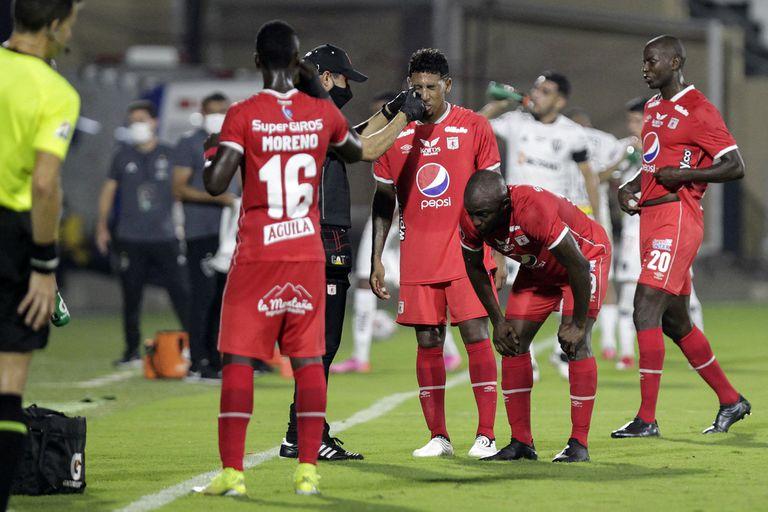 La atención a los jugadores de América de Cali afectados por el gas lacrimógeno en el Romelio Martínez, en Barranquilla
