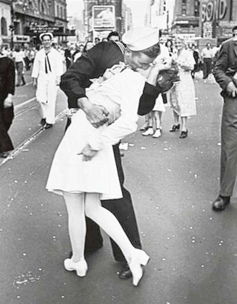 El beso del marinero a la enfermera en Times Square, una imagen que marcó el final de la guerra