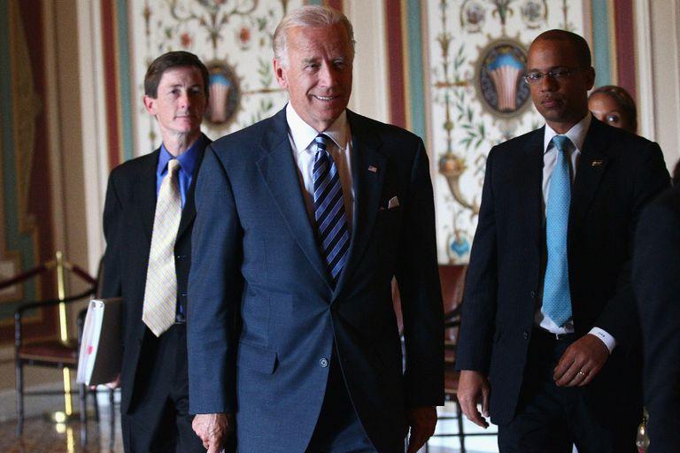 Joe Biden asiste a una reunión bicameral y bipartidista de legisladores junto con su jefe de gabinete Bruce Reed (izquierda) en 2011, durante su período como vicepresidente de Barack Obama