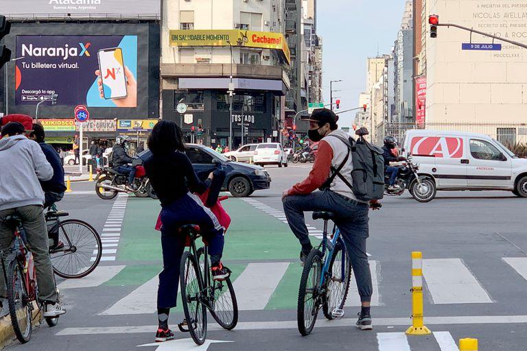 Un tramo de la bicisenda sobre la avenida Corrientes en su cruce con la 9 de Julio