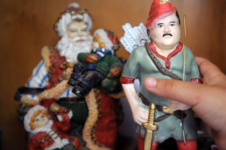 Un muñeco de Escobar vestido como Robin Hood, en una de las tantas representaciones románticas del legendario jefe del narcotráfico