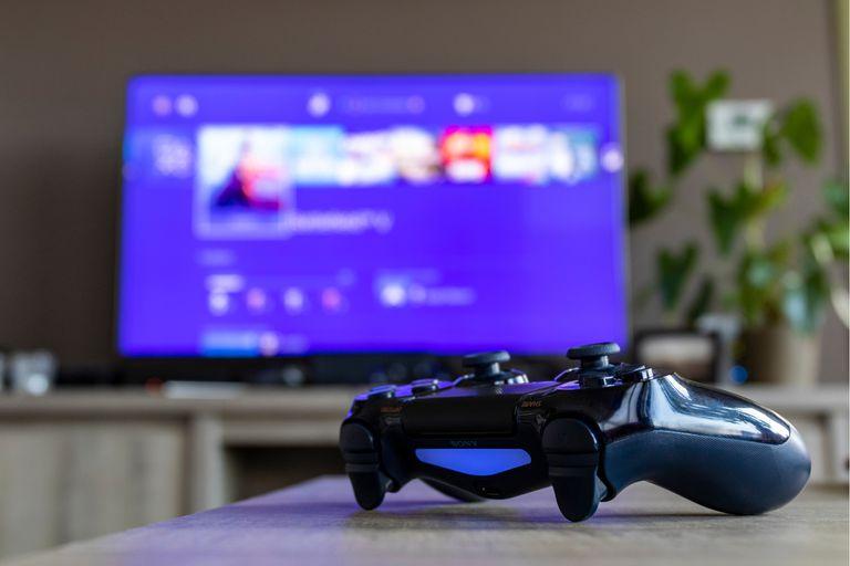 La PS5 tendrá su propio asistente de voz; la Xbox One suma a Google Assistant