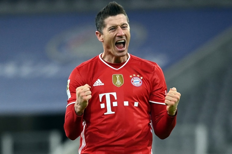 Robert Lewandowski festeja un gol durante el partido de la Bundesliga que Bayern Munich le ganó a Borussia Dortmund.