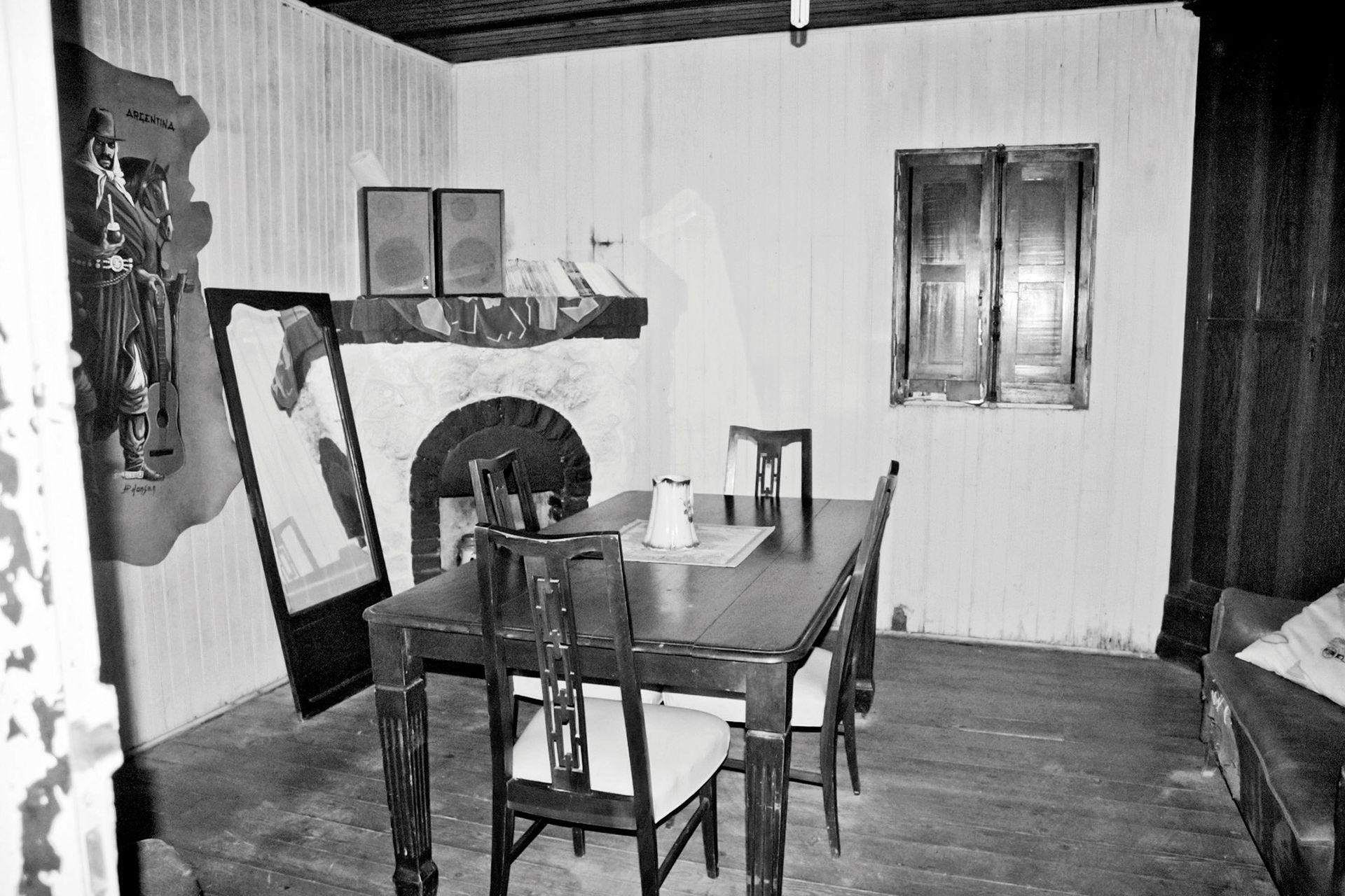 Antes: En la casa original, el piso era el tradicional de tablones de madera y contra una de las paredes había una chimenea en esquina.
