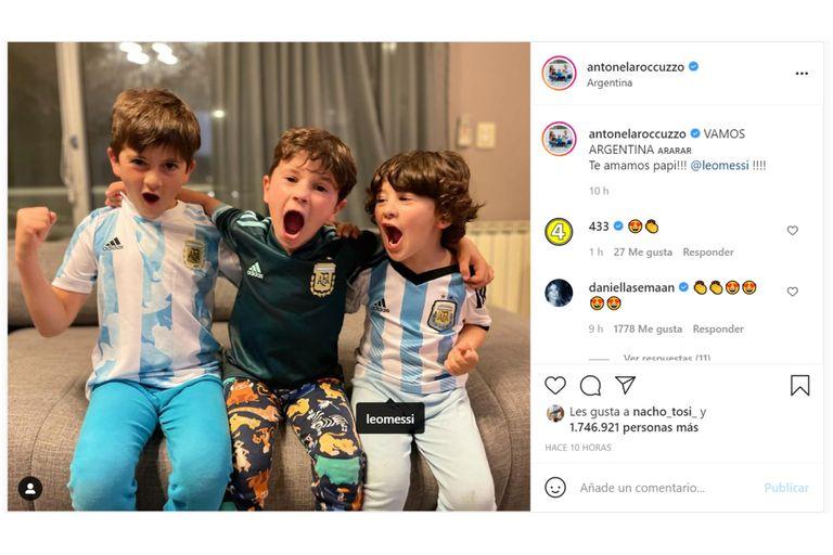 Antonella Roccuzzo aprovechó el gol marcado por el astro para compartir una foto de sus hijos con la camiseta de Argentina mientras festejaban la victoria del equipo capitaneado por su papá