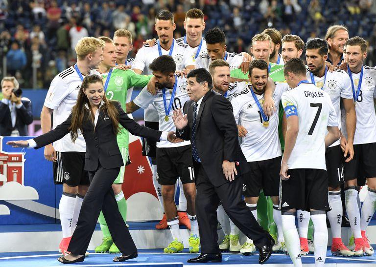 Una postal de la última Copa Confederaciones: Maradona deja el podio luego de entregar el trofeo a Alemania, el último campeón, que le ganó a Chile la final en San Petersburgo, en 2017
