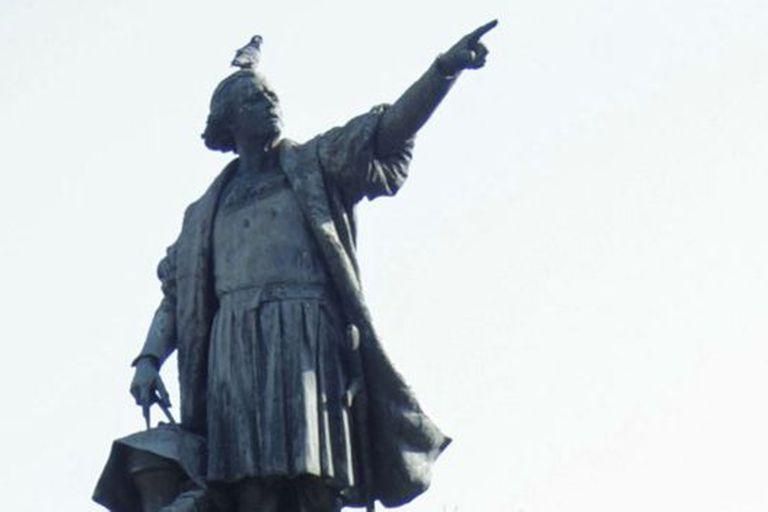 Al igual que sobre su nacionalidad, existen distintas teorías sobre dónde se encuentran los restos de Colón más de 500 años después de su muerte