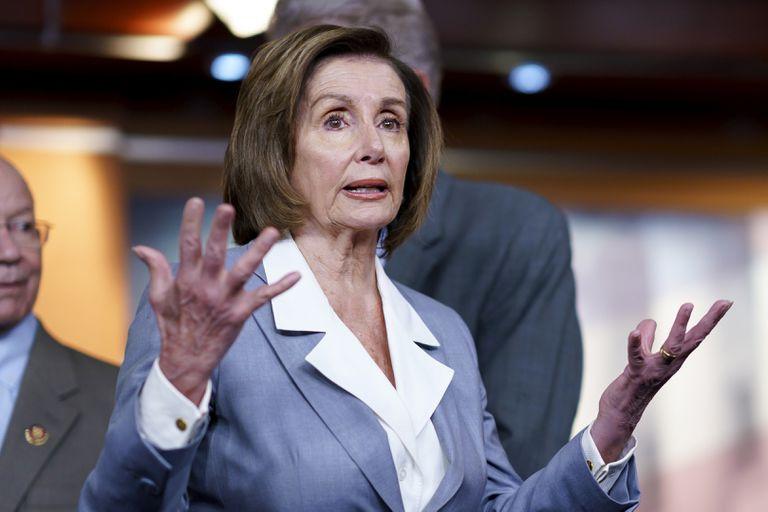 La presidenta de la Cámara de Representantes, Nancy Pelosi, habla con reporteros el 30 de junio de 2021, en la sede del Congreso en Washington. (AP Foto/J. Scott Applewhite)