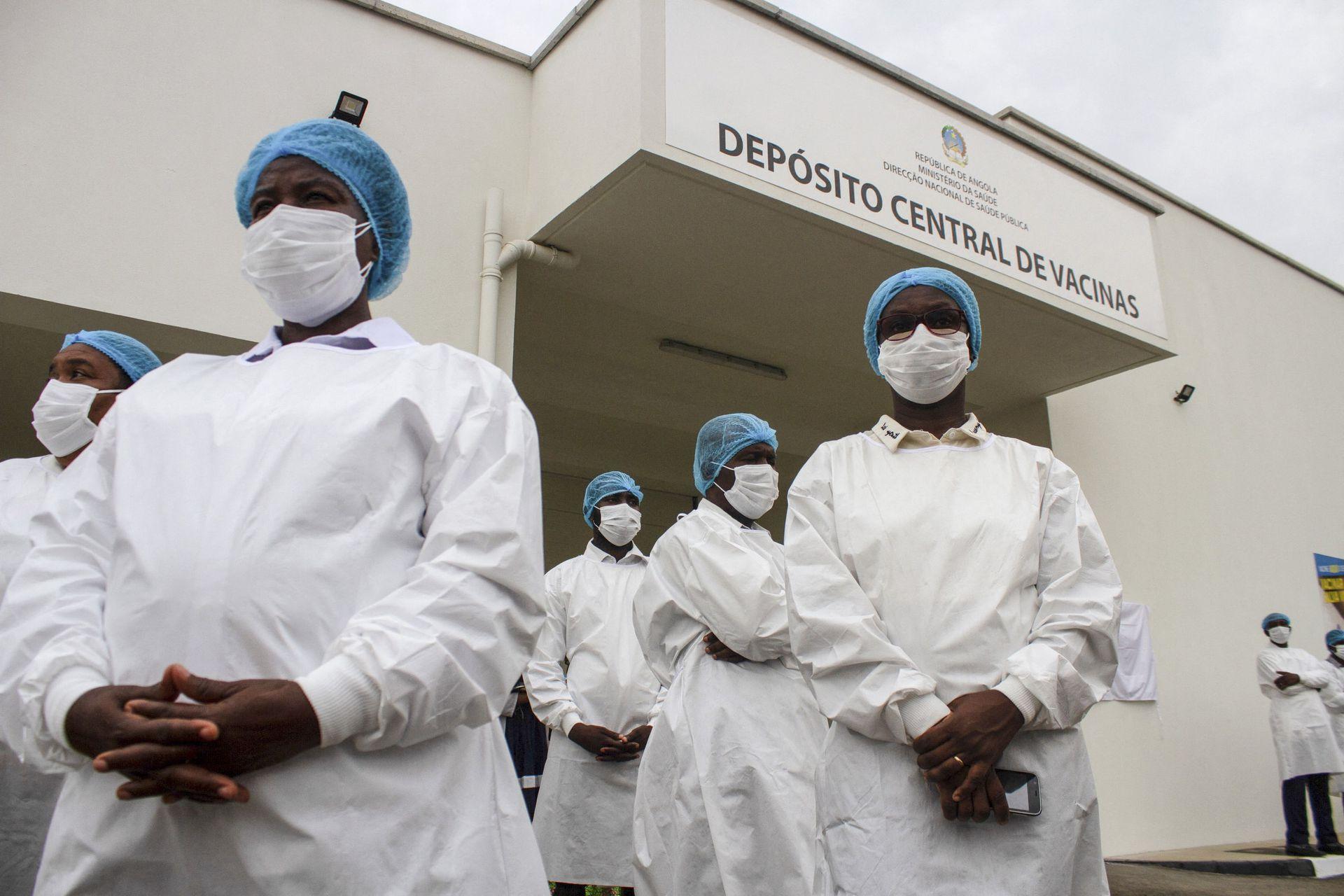 ANGOLA: Los trabajadores de la salud angoleños se encuentran fuera del Deposito Central de Vacunas donde se almacenarán las primeras dosis de las vacunas Oxford / AstraZeneca de la India en Luanda el 2 de marzo de 2021.