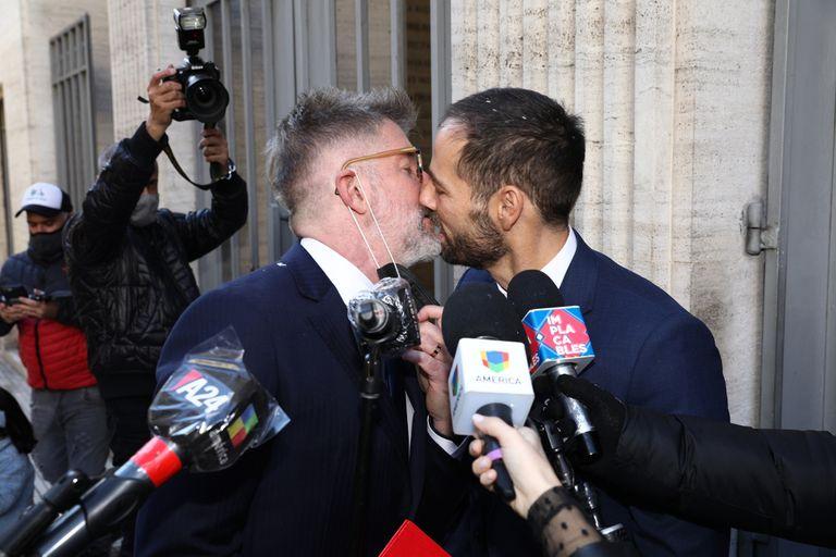 El beso con el que Novaresio y Bauab celebraron su unión
