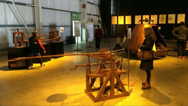 Los inventos del genio Da Vinci se destacan entre reproducciones de pinturas y esculturas