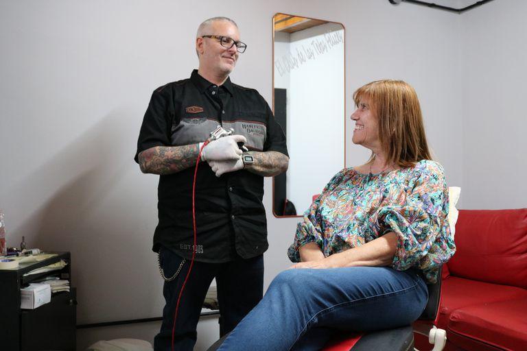 El tatuador Diego Staropoli le va a reconstruir el pezón y la areola que perdió durante la cirugía