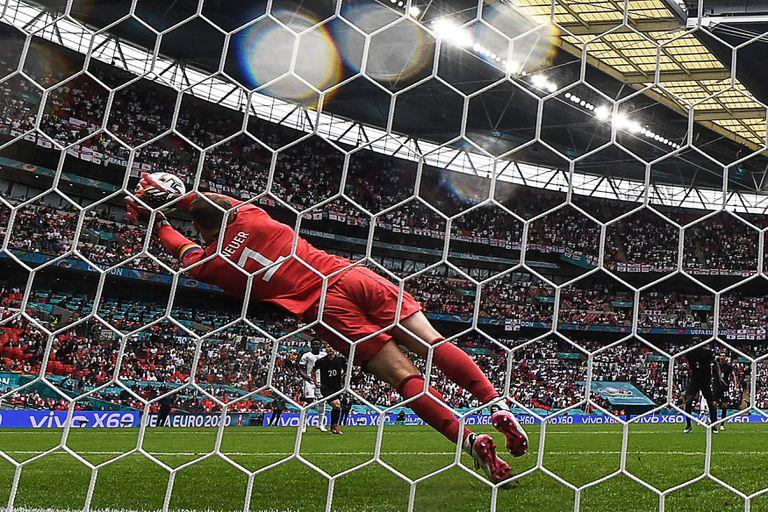 Neuer se estira para controlar un remate de Sterling