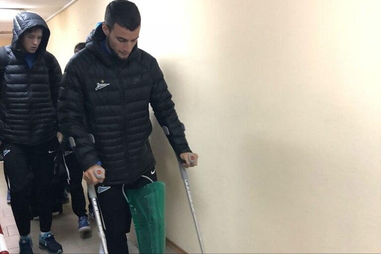El defensor se lesionó su rodilla izquierda, y a la espera del parte médico, crecen las dudas de su presencia en el Mundial de Rusia