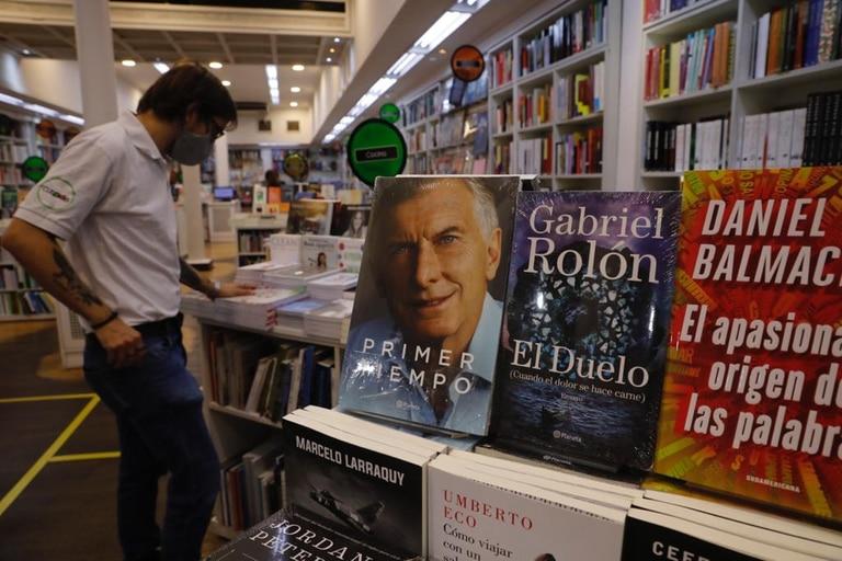 El libro de Mauricio Macri, exhibido en una librería de la calle Corrientes; hoy el expresidente lo presenta en público