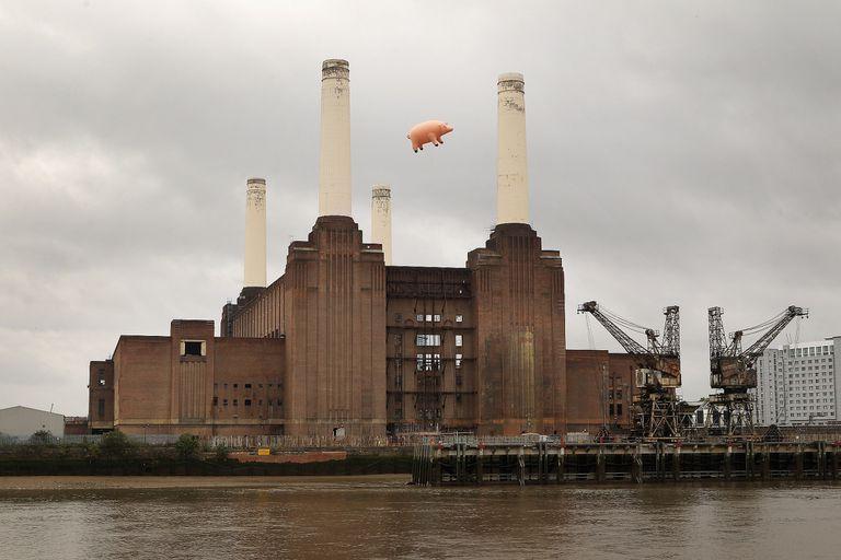 """El Cerdo Volador en una recreación de la tapa de """"Animals"""", Inglaterra, 2011."""