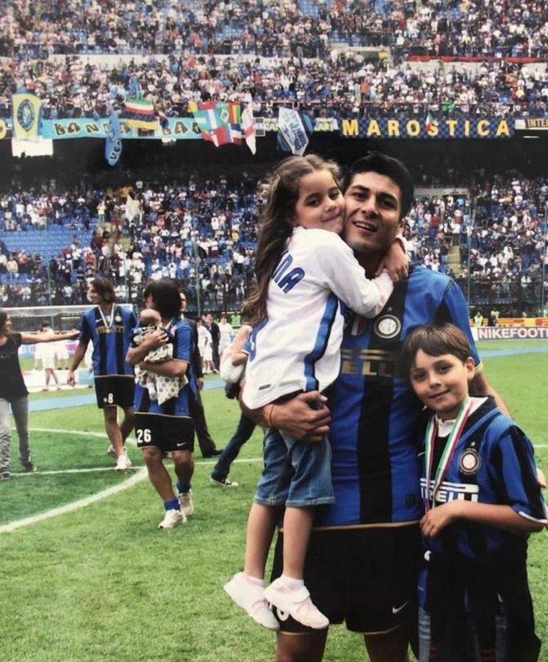 Julio Cruz hace unos años, festejando un título con Inter con su hijo Juan Manuel; hace unos días, su hijo debutó con un gol en la primera de Banfield