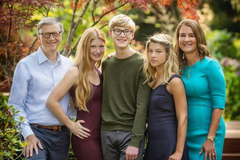 Bill y Melinda Gates junto a sus tres hijos: el matrimonio de 27 años llegó a su fin