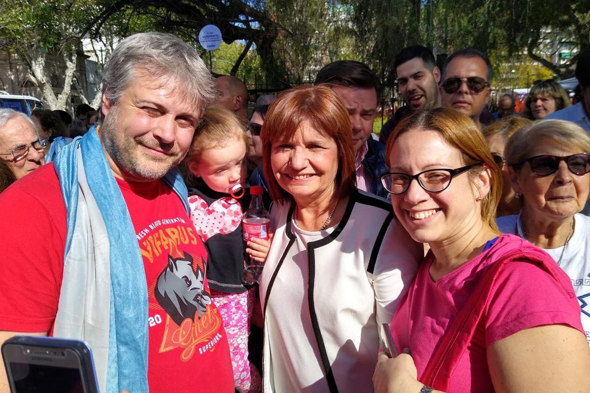 La ministra Patricia Bullrich, la primera en tomarse fotos con la gente, en Belgrano