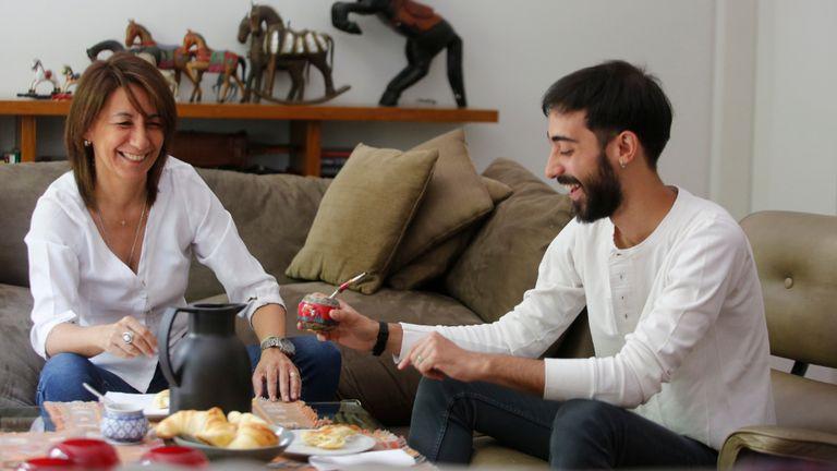 Analía Hernández merienda con su hijo Ramiro, sin redes sociales que interrumpan