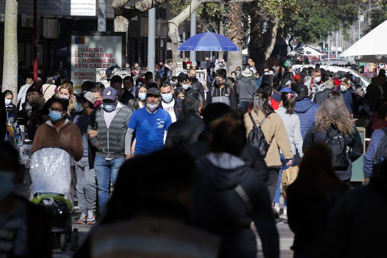 Una calle comercial de Santiago, repleta de gente (Photo by JAVIER TORRES / AFP)