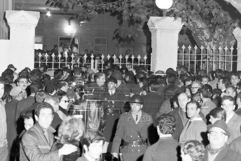 Puerta 12: los familiares de las víctimas se amontan frente al portón de un hospital
