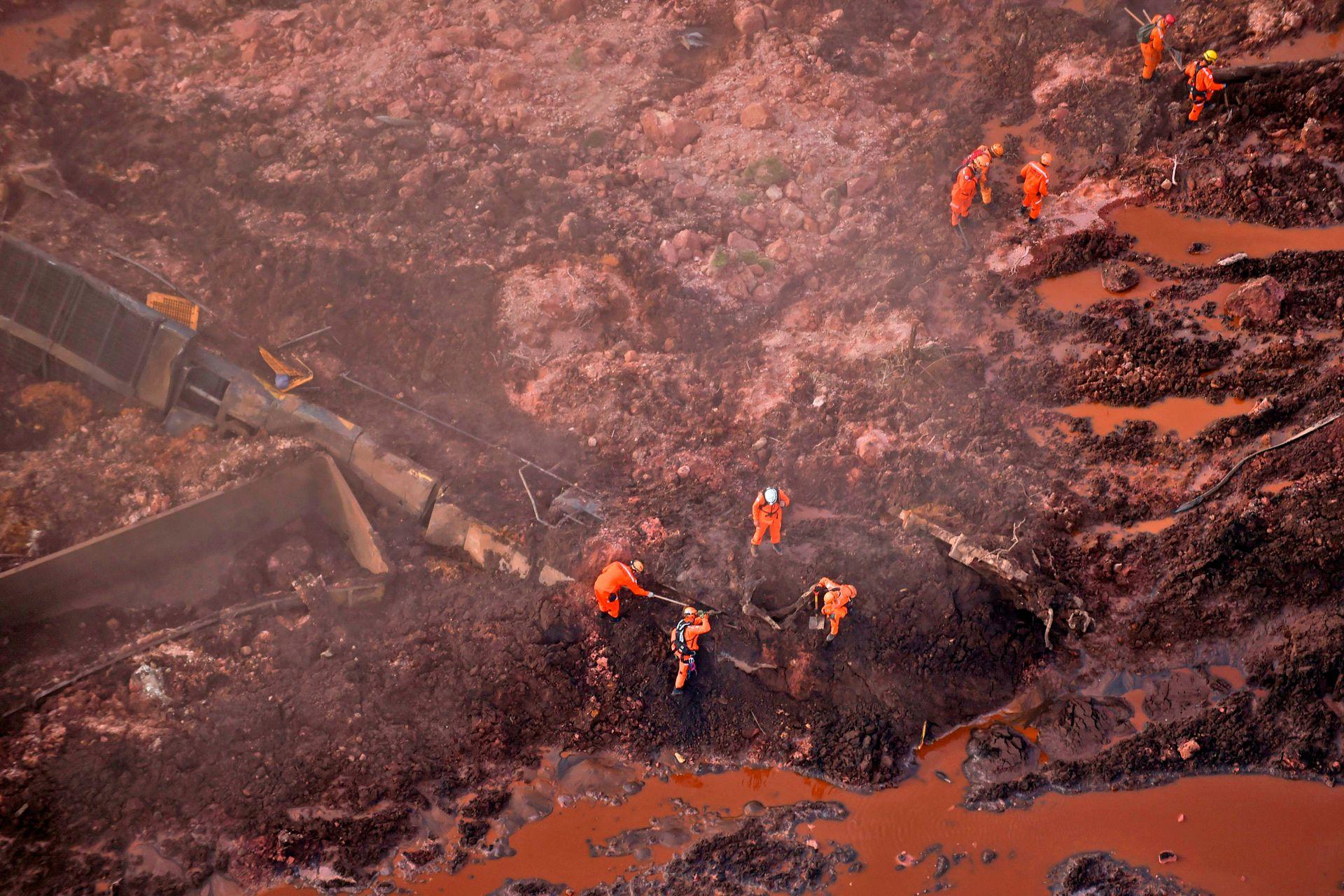 Rescatitas trabajan en la zona del colapso