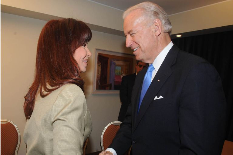Joe Biden y Cristina Kirchner se reunieron en Chile en 2009, antes de que las relaciones bilaterales se enfriaran
