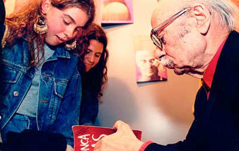 """Ernesto Sabato firma un ejemplar del """"Nunca más"""", best seller de Eudeba que lleva un prólogo del autor de """"Sobre héroes y tumbas"""". Foto: Gentileza editorial"""