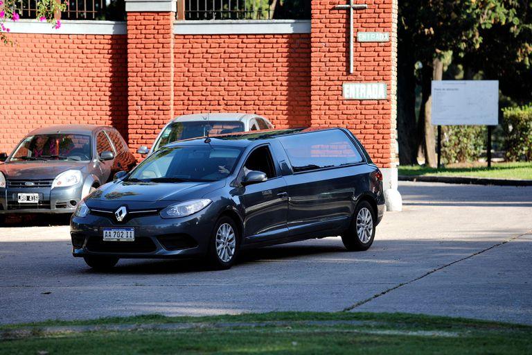 Pocos vehículos ingresan al cementerio de La Chacarita