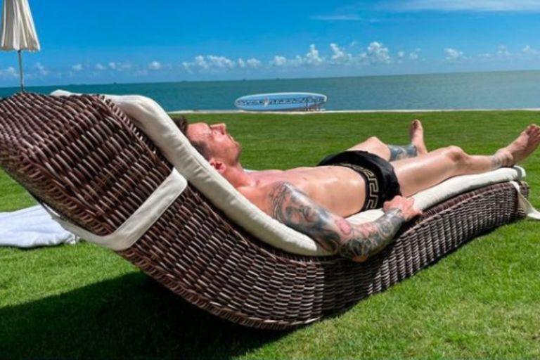 Tras haber sido abordado por una multitud a la salida de un restaurante, Messi se relajó bajo el sol
