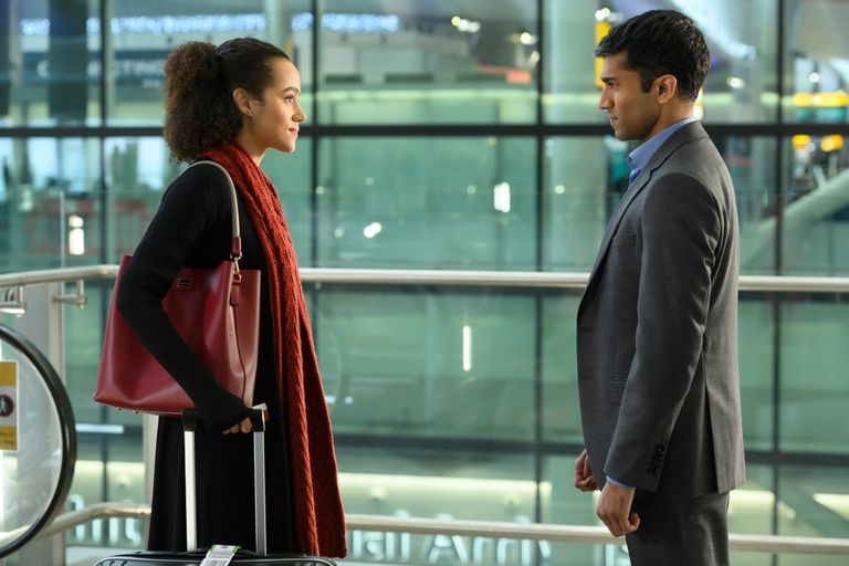 Nathalie Emmanuel y Nikesh Patel en la serie Cuatro bodas y un funeral
