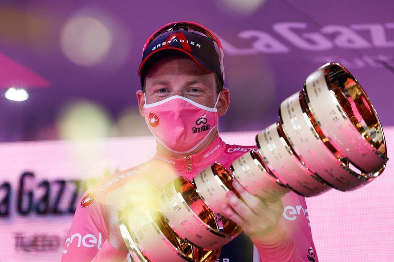 Tao Geoghegan Hart festeja en el podio luego de ganar su carrera más importante