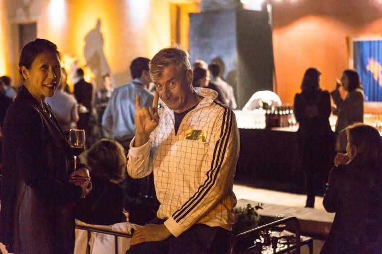 """El archifamoso artista italiano es el autor de """"Eternity"""", instalación en colaboración con varios artistas que sembró de lápidas los bosques de Palermo; anoche, en una fiesta de inauguración de estricto luto, rompió el dress code y habló sobre su retiro del arte: otro de sus chistes"""