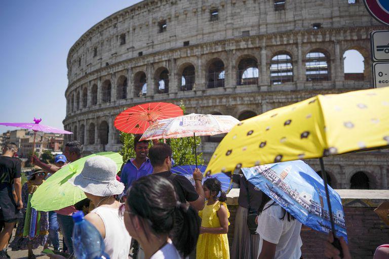 En el Coliseo romano los turistas usaron paraguas para protegerse del sol