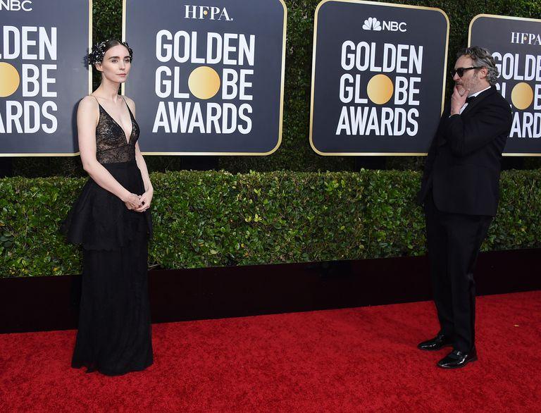 Joaquin Phoenix miró y espero que su novia posara para los paparazzi y después hizo lo propio, pero evitaron la foto juntos