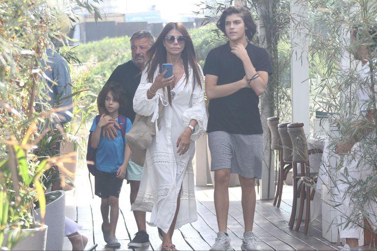 Zulemita Menem, con sus hijos Luca y Malek, fue a almorzar a Bagatelle Beach