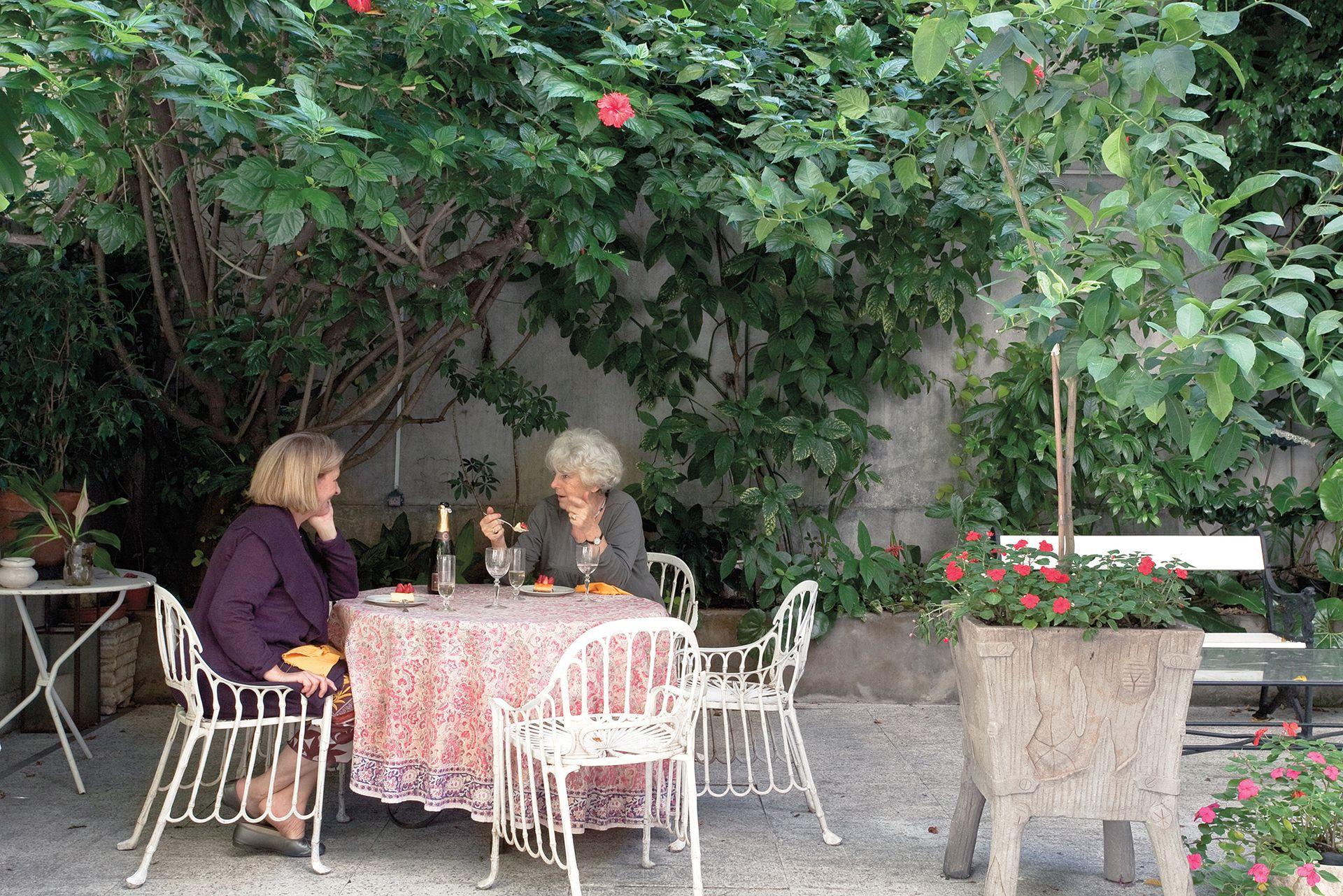 El patio es un refugio privilegiado para tardes y noches de verano